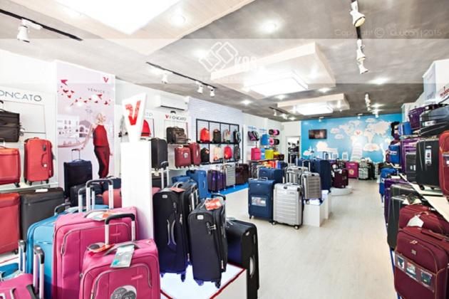 Hệ thống cửa hàng bán vali kéo có cổng sạc điện thoại tại KOS shop